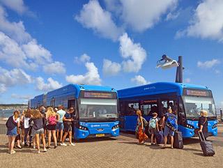 Bus bij aankomst boot op de haven Terschelling
