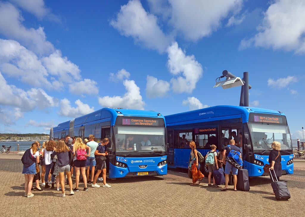 Op haven te West Terschelling wacht bij iedere aankomst van de boot een bus